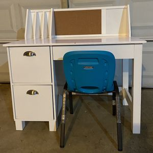 Small Kids Desk with Chair for Sale in Renton, WA