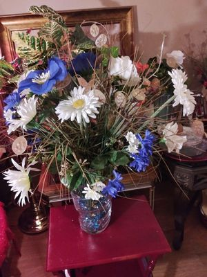"""VINTAGE ARTIFICIAL FLOWERS VASE 26"""" NORMAL WEAR $30.00 FIRM ENGLISH-SPANISH for Sale in Mesa, AZ"""