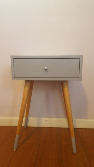 Small end table with drawer for Sale in Delano, CA