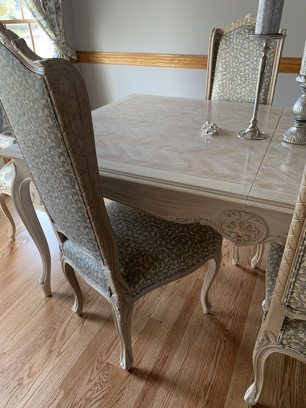Gorgeous Provencial Dining room table, with 8 chairs, & 2 leafs!