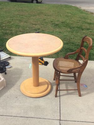 Pedestal table. Blonde wood, possibly vintage? Pick up in Whitehall $45 for Sale in Columbus, OH