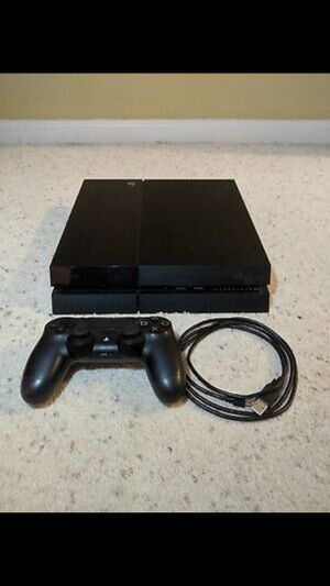 PS4 console and controller for Sale in Miami, FL
