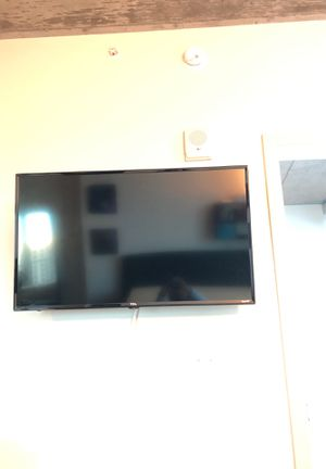40-Inch 1080p Roku Smart LED TV (2015 Model) with Swivel Wall Mount for Sale in Denver, CO