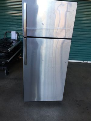 STAINLESS STEEL REFRIGERATOR ABSOLUTELY AMAZING 😉 LIKE NEW GETS VERY COLD 100%. Pick ups only for Sale in New York, NY