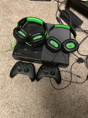 Xbox one with 2 controllers and 2 turtle beach headsets for Sale in Brentwood, PA