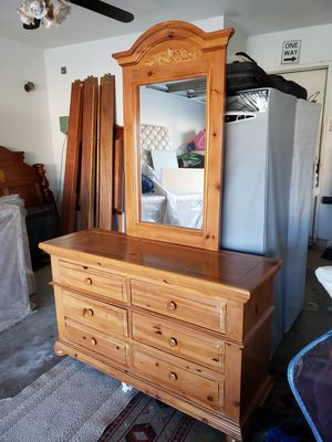 Solid wood Dresser with mirror in exelent condition for Sale in City of Industry, CA