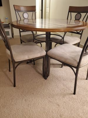 Round Dining Table and 4 chairs for Sale in Mountlake Terrace, WA