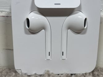 Apple Wired EarPods with 3.5mm Headphone Plug - White for Sale in Chicago,  IL
