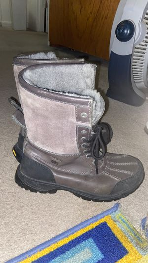 Uggs boots Size 8.5 for Sale in Clinton, MD