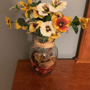 Glass Vase With Pretty Flowers Decor Pretty Colors for Sale in Kissimmee, FL