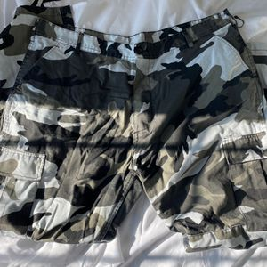 camo pants size Xl for Sale in Dublin, OH