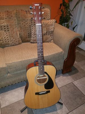 YAMAHA ACOUSTIC GUITAR LIKE NEW for Sale in El Monte, CA