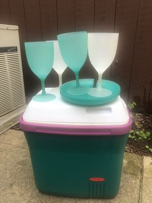 Rubbermaid cooler with matching on the go dinner set for Sale in Columbus, OH