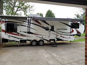 2012 Voltage EPIC v3200 5th wheel camper for Sale in Clemmons, NC