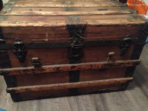 Louis Vuitton chest vet old for Sale in Oklahoma City, OK