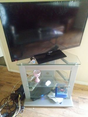 40 inch hinsense flat screen, 32 inch Emerson flat screen tv stand included for Sale in Phoenix, AZ