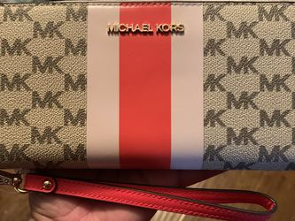 Michael Kors Continental Wallet NWT Serious inquires only please Pick up location in the city of Pico Rivera for Sale in Pico Rivera,  CA