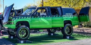 1998 Chevrolet suburban 4x4 for Sale in Phoenix, AZ