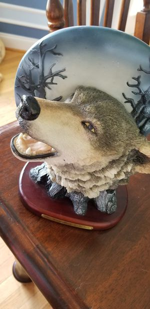 The Gray rock collection wolf statue for Sale in Clayton, NC