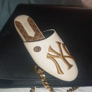 NEW YORK MONOGRAM GUCCI SHOE (SIZE 5B WOMANS )(RIGHT Shoe ONLY) for Sale in Boulder City, NV