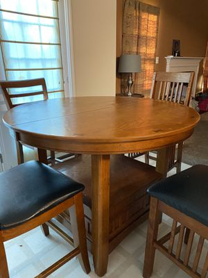 Small Kitchen Table w/ middle extension for Sale in Gastonia, NC