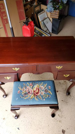 Antique dressing table and bench for Sale in UPPR Saint CLAIR, PA