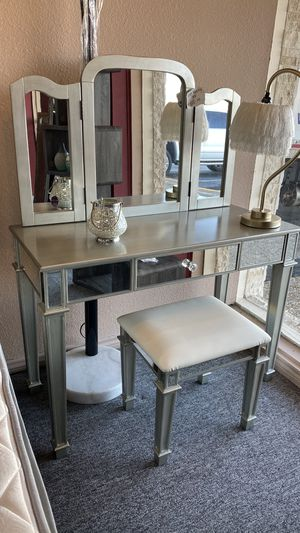 Vanity Set with Mirror and Stool H6EXX for Sale in Euless, TX
