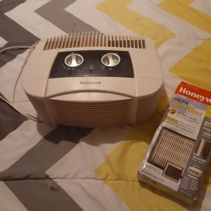 Honeywell's air humidifier and new filter for Sale in Fort Lauderdale, FL