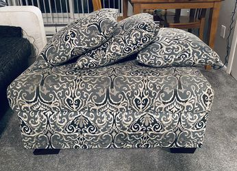 Ottoman with mathcing pillows for Sale in Cleveland,  OH
