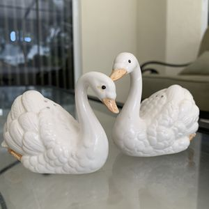 Salt & Pepper Set Swans by FITZ & FLOYD, in great condition for Sale in Hobe Sound, FL