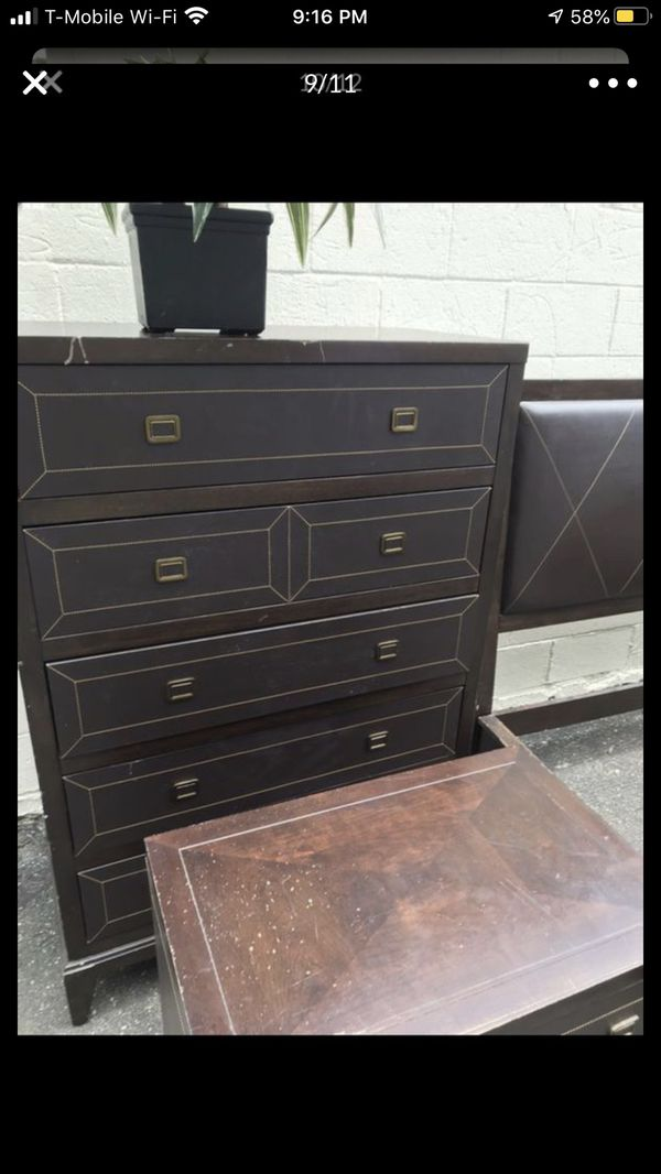 Brown Queen Bedroom set with dresser and nightstand in good condition. It has a few marks from daily use puedo hablar español Due to the high vol