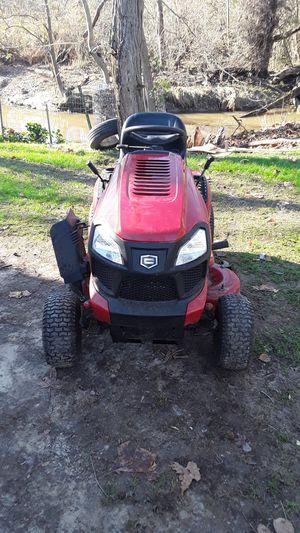 Bendo este tractorsito craftsman en buenas condisiones presio negosiable bateria nueba todo tabaja al 100 for Sale in Alexandria, VA