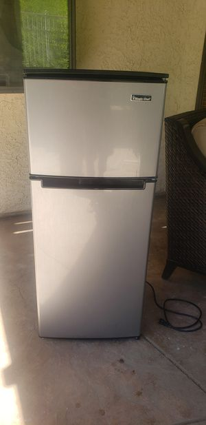 2 Door Mini Fridge in Black with Freezer (Magic Chef) for Sale in STEVENSON RNH, CA