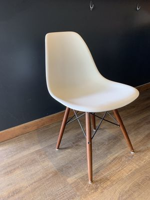 Off white Eggshell Chair with Wooden legs — Retro Classic Style Scoop Seat Chairs with Wooden Legs in White for Sale in Gig Harbor, WA