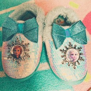 Frozen 2 girls toddlers size 9-10 slippers house shoes for Sale in San Antonio, TX