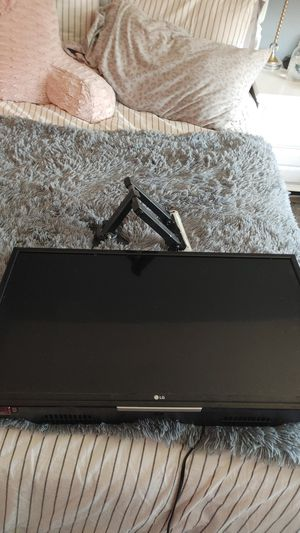 """LG 32"""" TV with swivel wall mount for Sale in Oregon City, OR"""