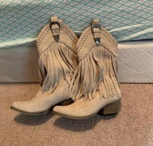 Women's size 7 fringe boots for Sale in Mogadore, OH