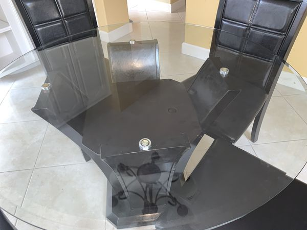Poundex Round Dining Table and 4 Chairs Good Condition