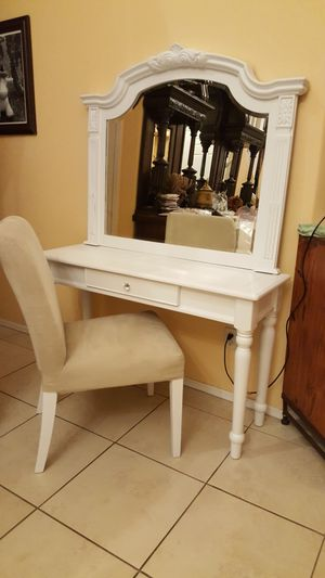 Vanity mirror and chair for Sale in Phoenix, AZ