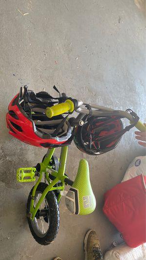 Kids bike with 2 helmets for Sale in Orlando, FL