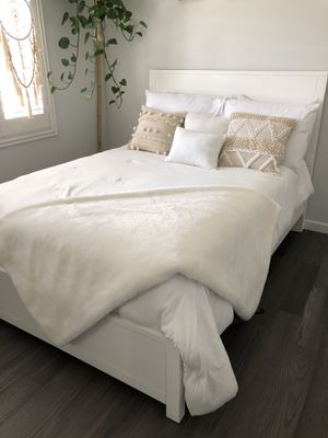 White bed set, box spring, and mattress for Sale in Long Beach, CA