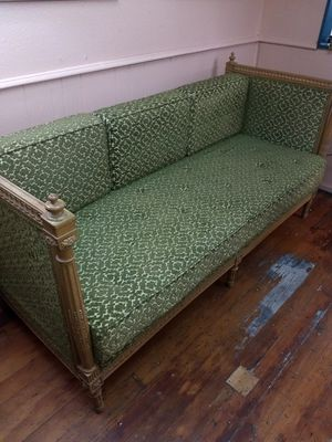 1940s antique couch in beautiful condition for Sale in Delta, CO