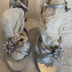 Nine West Women's Grey Flower Heels Size 7 NEW for Sale in Buford, GA