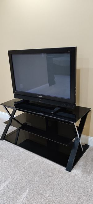 Samsung TV with glass tv table for Sale in Richmond, KY