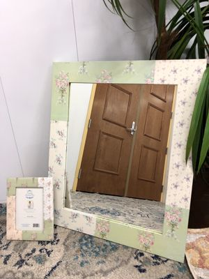 "Matching Flower Wall Mirror with Picture Frame (Mirror 21.5""x25.5"") for Sale in Boynton Beach, FL"