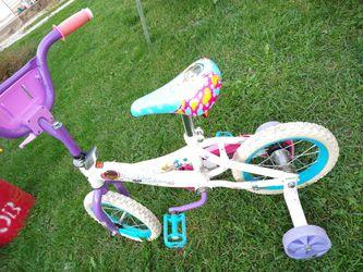 Little girls bike like new with training wheels for Sale in Pekin,  IL