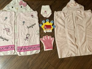 Girls Hooded bath towels with puppet wash clothes, HELLO KITTY full size towels for Sale in Southwest Ranches, FL