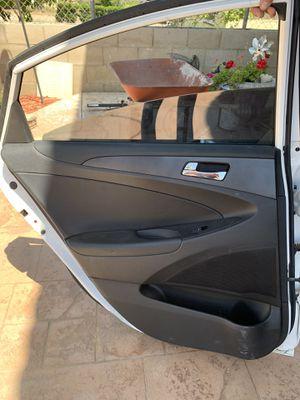 Puerta de carro para partes es para un Hyundai Sonata 2011 / door parts for a 2011 Hyundai Sonata for Sale in Bloomington, CA
