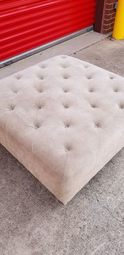 BEIGE TUFTED OTTOMAN for Sale in Frisco,  TX