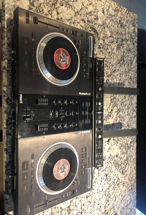 Numark NS7. Turntable and mixer for Sale in Miami, FL